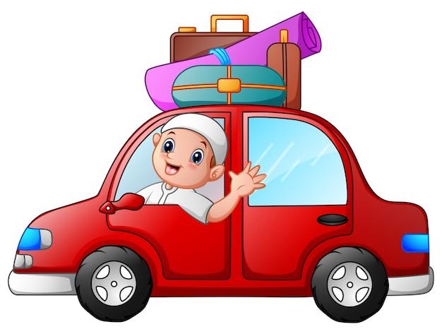 Glückliches moslemisches kind im roten auto
