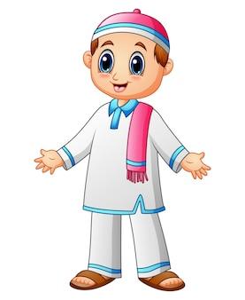 Glückliches moslemisches kind mit rosa schal- und rosakappenpräsentation