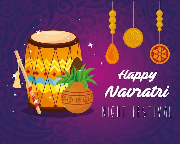 Glückliches navratri-feierplakat mit dhol und hängender dekoration
