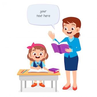 Glückliches nettes kind, das mit lehrer studiert