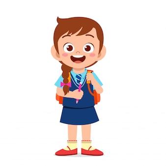 Glückliches nettes kindermädchen bereit, zur schule zu gehen