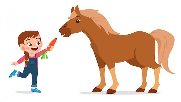 Glückliches nettes kindermädchen, das nettes pferd einzieht