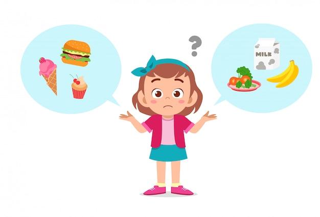 Glückliches nettes kindermädchen denken, lebensmittel zu wählen