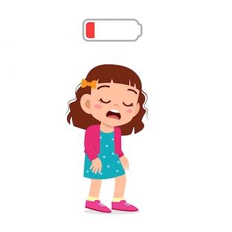 Glückliches nettes kindermädchen ermüdete niedrige energie