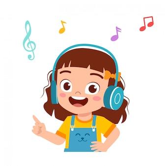 Glückliches nettes kindermädchen hören gute musik