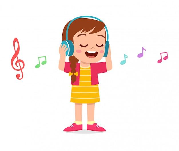 Glückliches nettes kindermädchen hören musik