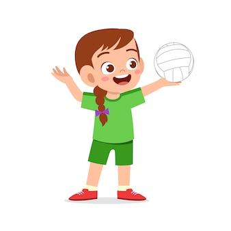 Glückliches nettes kindermädchen spielt volleyball