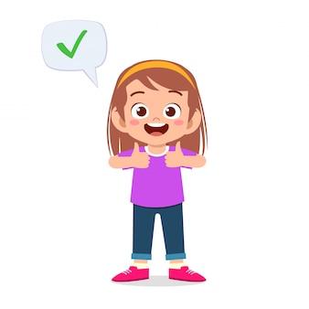 Glückliches nettes kindermädchen tragen korrektes zeichen