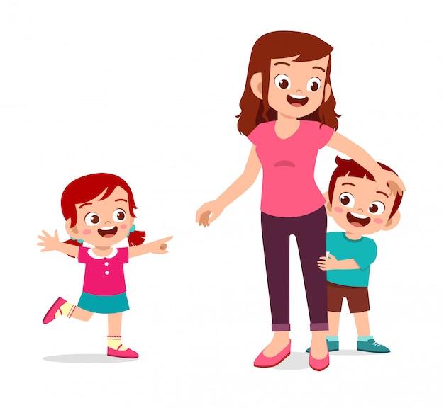 Glückliches nettes kindermädchen und -junge spielen mit mutter