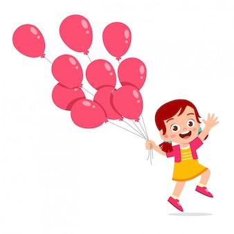 Glückliches nettes kindermädchenspiel mit ballon