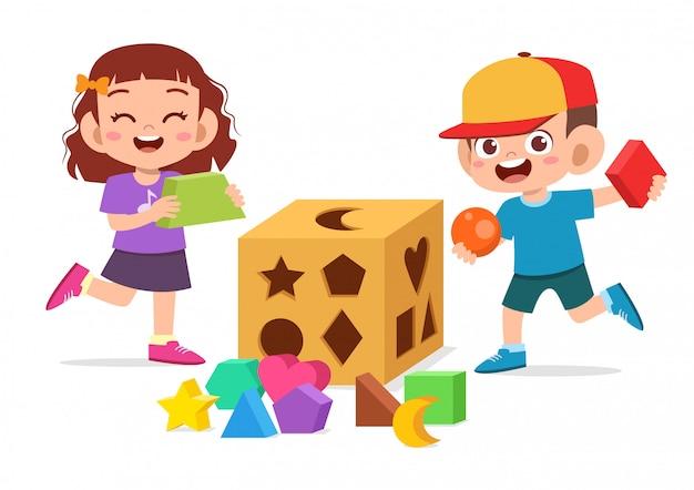 Glückliches nettes kinderspiel lernen geometrie 3d