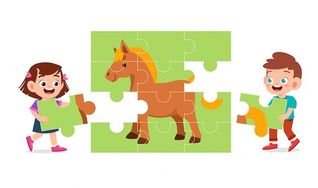 Glückliches nettes kinderspiel lösen puzzlespiel zusammen