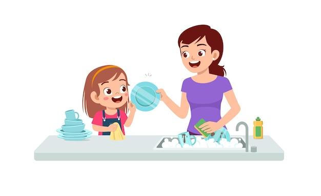Glückliches nettes kleines mädchen, das teller mit mutter wäscht