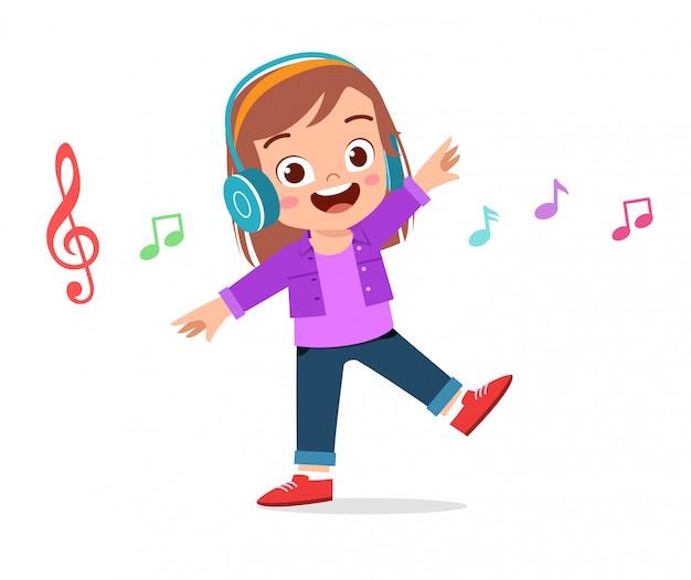 Glückliches nettes mädchen, das musik hört