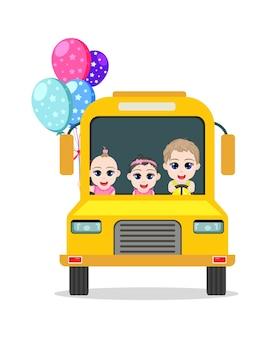 Glückliches niedliches baby und mädchen, die bus mit luftballons lokalisiert auf einem weißen hintergrund fahren