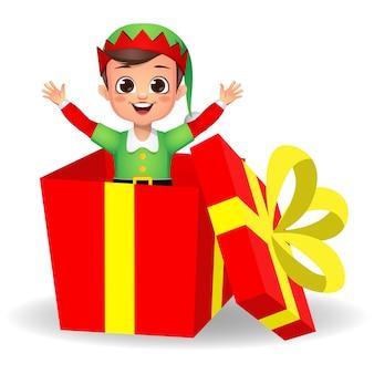 Glückliches niedliches jungenkind, das elfenkleid im geschenk trägt