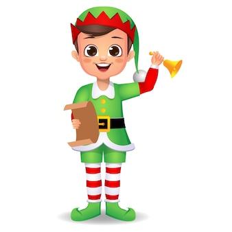Glückliches niedliches jungenkind, das elfenkleid mit glocke und brief trägt