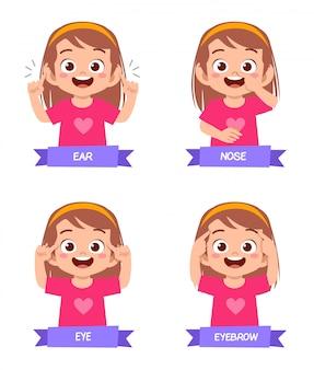 Glückliches niedliches kindermädchen studieren körperteilanatomie