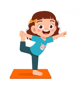 Glückliches niedliches kleines kind jungen und mädchen machen yoga-pose