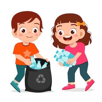 Glückliches niedliches kleines kind jungen und mädchen sammeln müll