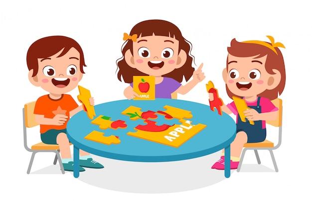 Glückliches niedliches kleines kind jungen und mädchen spielen puzzle
