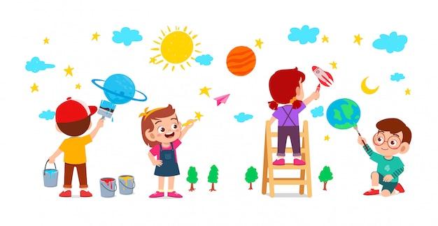 Glückliches niedliches kleines kind jungen und mädchen zeichnen mit farbe an der wand zusammen