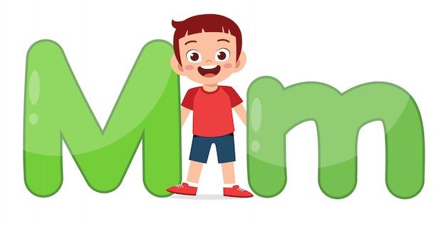 Glückliches niedliches kleines kind studiert alphabetcharakter