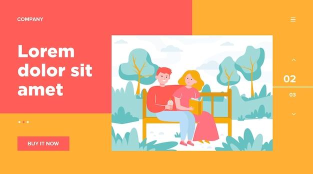 Glückliches paar, das auf bank im park sitzt. datum, liebe, buch flache vektorillustration. website-design oder landing-webseite für beziehungs- und familienkonzepte