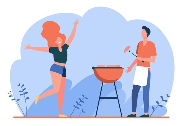 Glückliches paar, das grillparty genießt. kerl, der gegrilltes fleisch kocht, mädchen, das durch ihn flache vektorillustration tanzt. bbq, picknick, sommer