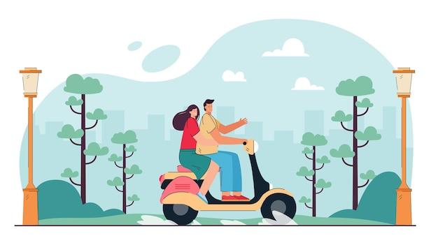 Glückliches paar, das motorrad im stadtpark fährt
