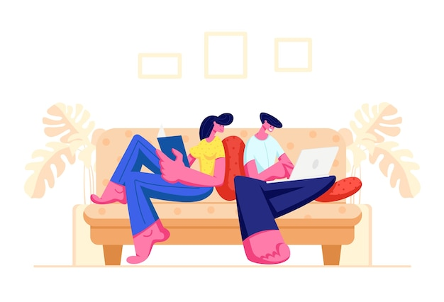 Glückliches paar, das zusammen zu hause entspannt auf sofa mit buch und laptop sitzt