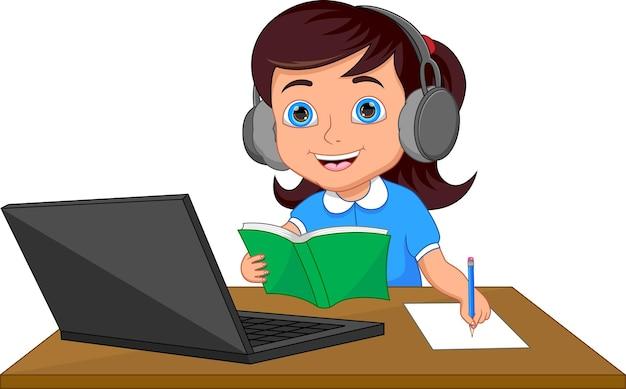 Glückliches schulmädchen, das vor einem laptop studiert