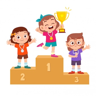 Glückliches süßes kind gewinnen spiel gold trophy