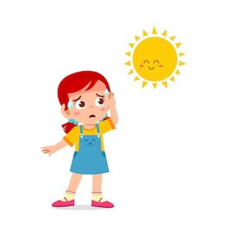 Glückliches süßes kindermädchen fühlt sich wegen des heißen wetters während der sommersaison so durstig