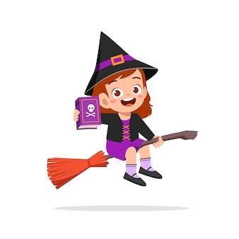 Glückliches süßes kleines kind feiern halloween trägt hexenkostüm