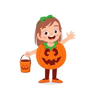 Glückliches süßes kleines kind feiern halloween trägt kürbismonsterkostüm