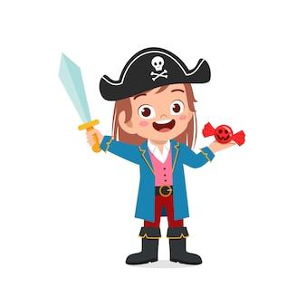 Glückliches süßes kleines kind feiern halloween trägt piratenkostüm