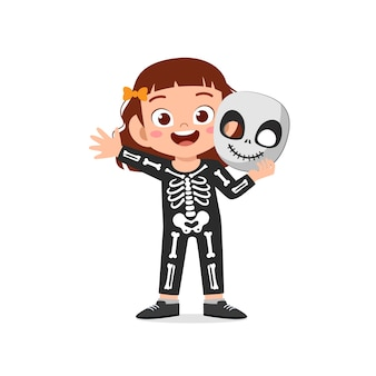 Glückliches süßes kleines kind feiern halloween trägt skelettkostüm