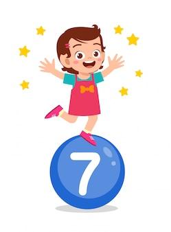 Glückliches süßes kleines kind lernen mathe-nummer