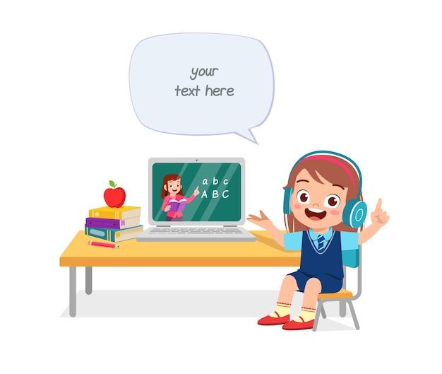 Glückliches süßes kleines kind tun heimschule mit computer laptop verbinden mit internet-studie e-learning und kurs.