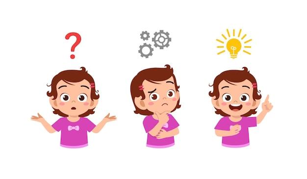 Glückliches süßes kleines kindermädchen, das ideenprozess denkt und sucht