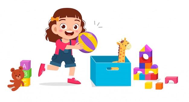 Glückliches süßes kleines kindermädchen, das mit spielzeug spielt