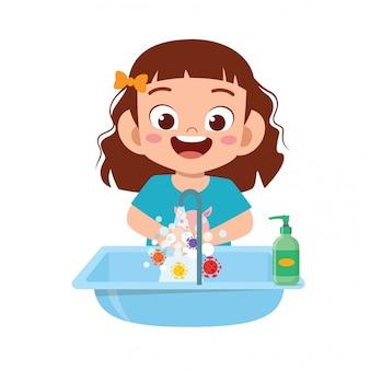 Glückliches süßes kleines kindermädchen waschen hand im waschbecken