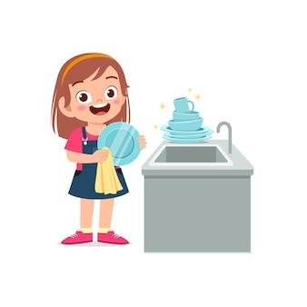 Glückliches süßes kleines mädchen, das geschirr in der küche spült