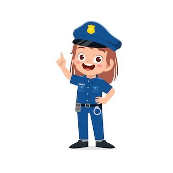Glückliches süßes kleines mädchen, das polizeiuniform trägt
