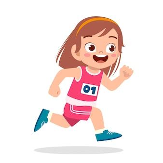 Glückliches süßes kleines mädchen läuft im marathonspielmarathon