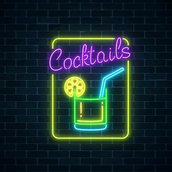 Glühen sie neonsymbol der cocktailbar auf dunklem backsteinmauerhintergrund. glühende gaswerbung mit caipirinhas