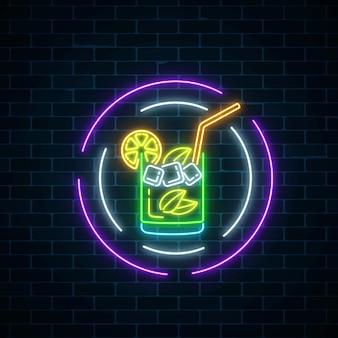 Glühen sie neonsymbol der cocktailbar in runden rahmen auf dunklem backsteinmauerhintergrund. glühende caipirinhas schütteln.