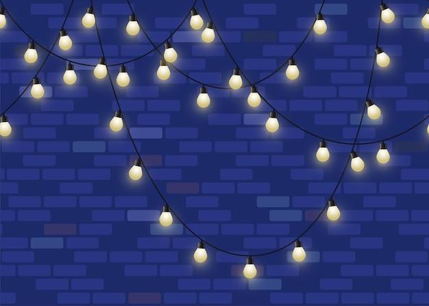 Glühende glühbirnengirlande auf backsteinmauerhintergrund wiederholte dekorative lampengirlandentapete