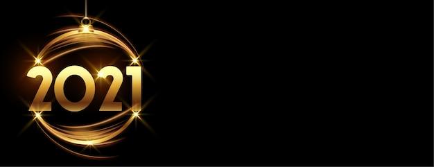 Glühende goldene fröhliche neujahrskugel 2021 auf schwarzem banner